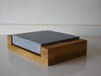 Piedra para asar volcánica 20x20x3 con base de madera