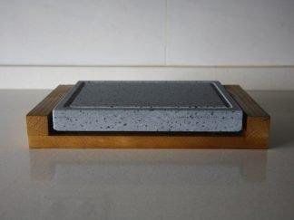 Piedra para asar volcánica 25x20x3 con base de madera