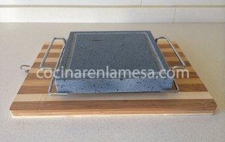 piedra-volcanica-19x19x3-para-asar-carne-con-asas-y-soporte-de-madera